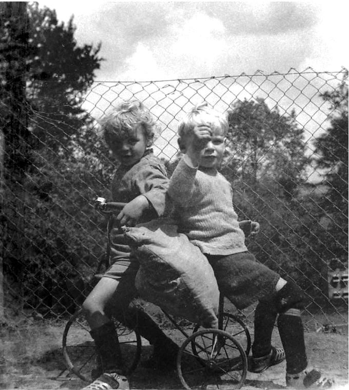 Du fratetoj sur tricikleto